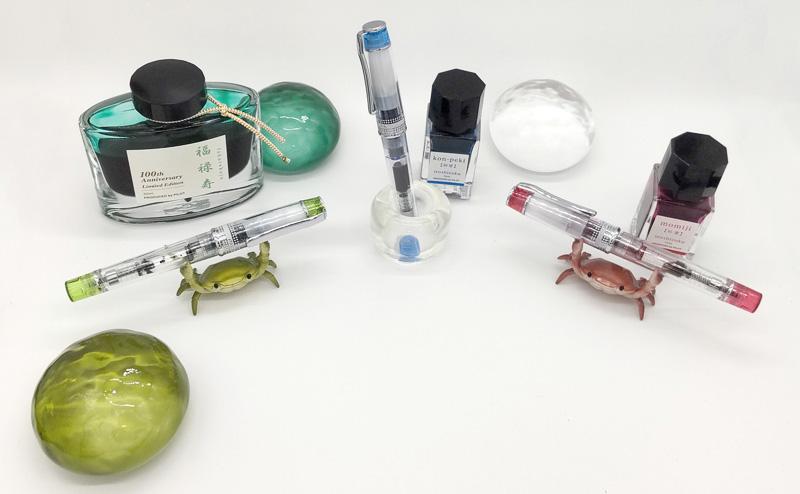 色彩逢いプレラ3本と色彩雫瓶とカニとペーパーウェイト